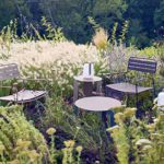 Gartenmöbel mit Beitstelltischen und zwei Stühlen