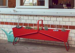 Roter Hingucker für bunte und grüne Pflanzen