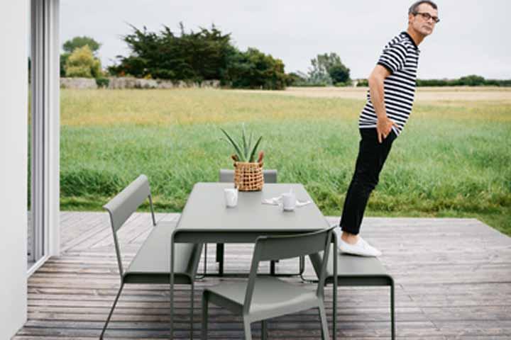 Bänke, Tisch und Stühle passen zum architektonisch reduzierten Stil