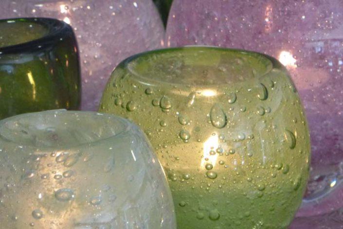 Windlichter, Kerzenleuchter, Kerzen, Gläser mit Kerzen sind Stimmungsmacher in Haus und Garten