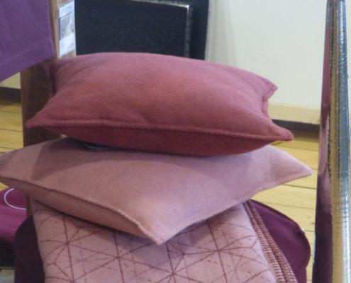 Kissen und Decken in verschiedenen Rottönen