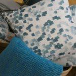 Kissen und Decken in frischen Farben